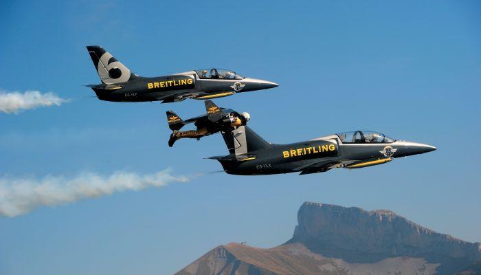 JetMan vole avec deux avions du Breitling Jet Team ©Breitling