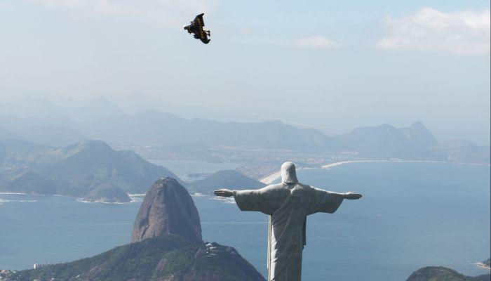 JetMan et Breitlng vol au dessus de Rio au Bresil COPYRIGHT breitling