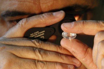 134350-expert-examine-diamant-marche-europeen PHOTO REUTERS