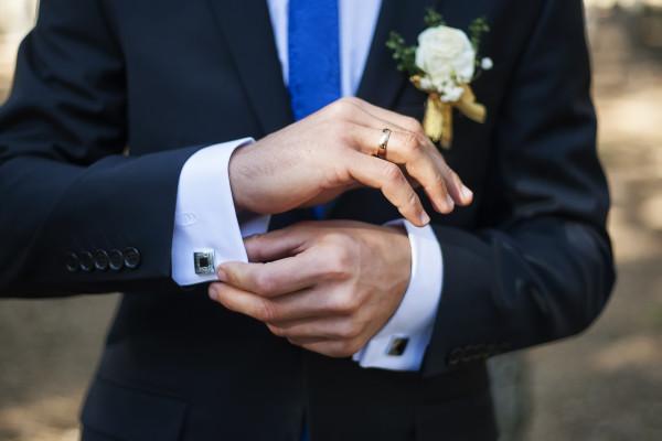 Joli costume et boutons de manchette pour un mariage